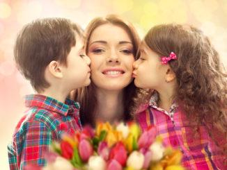 Mutter mit Kindern an Muttertag